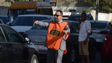 صورة بالصور : مسؤول أمني يترجم الالتزام المهني بتركه لمكتبه والنزول لتنظيم حركة السير