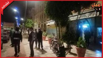 صورة بسبب خرق حالة الطوارئ.. مداهمة مقهى وإيقاف من بداخلها